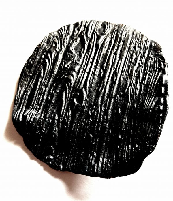 Keramická mydelnička v tvare , ktorý vidíte na obrázku. Pripomína kôru stromu.